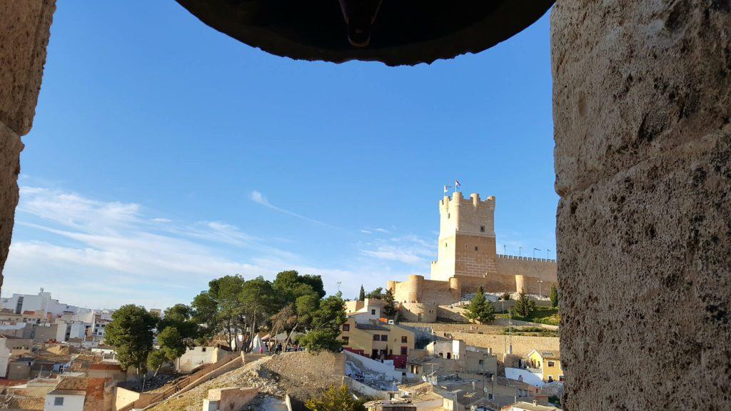 Vista del Castillo de la Atalaya desde la Torre de la Iglesia de Santa María.